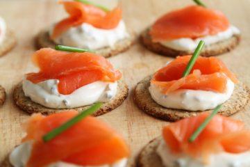 tartine al salmone affumicato pesce vino rosso o bianco