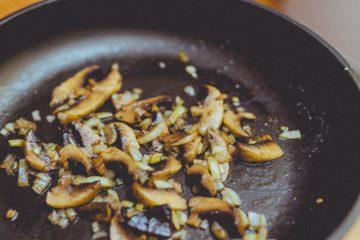 funghi trifolati in padella al vino bianco