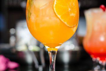 Cocktail vino bianco secco e arancia
